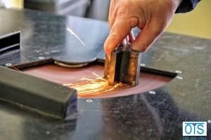 Przygotowanie próbki do badania poprzez szlifowanie papierami ściernymi o ziarnistości od 80 do 600, na szlifierce do zgładów metalograficznych.