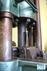 Próba zginania bocznego złącza spawanego doczołowo na maszynie wytrzymałościowej typu Amsler.