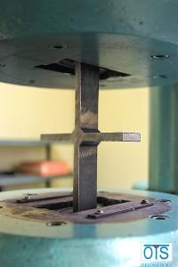 Próbka osadzona w maszynie.