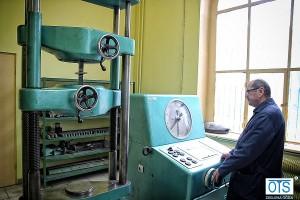 Próby rozciągania próbek przeprowadza się na maszynie wytrzymałościowej ZD-40 o zakresie pomiarowym 8kN – 400kN.